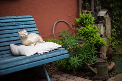 Blaue Holzgartenbank im Garten