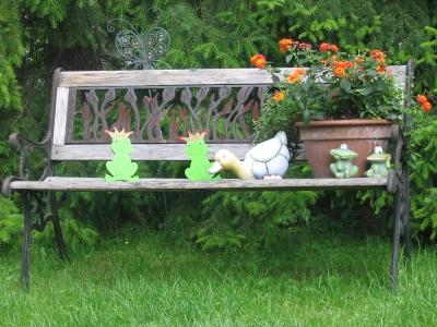 Gartenbank aus Holz mit Deko