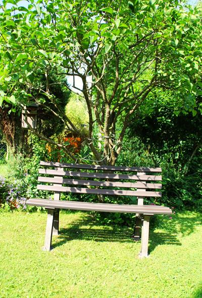 Gartenbank an einem schattigen Platz