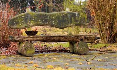 Selbstgebaute Gartenbank aus Holz