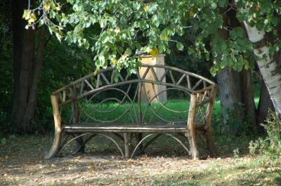 Selbstgebaute Holz Gartenbank im Schatten