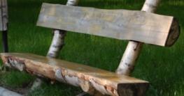 Holzbank im Garten